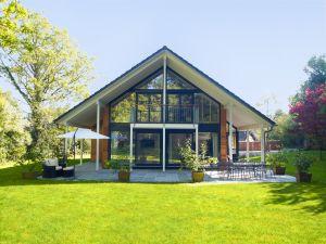 Bild: Architektur in Glas Bauweise: Fertighaus, industrielle Vorfertigung Bauart: Holzhaus, Fachwerk