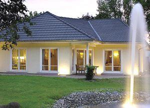 Bild: Bungalows & Winkelbungalows Bauweise: Fertighaus, industrielle Vorfertigung Bauart: Holzhaus, Fachwerk